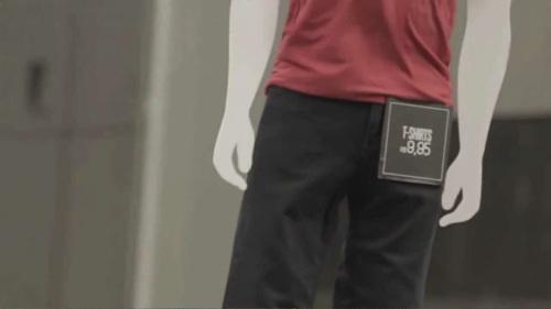 オフィス街でドローンで宣伝