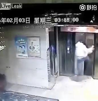 エレベーターに蹴り