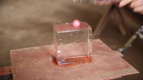 1600度の鉄球を氷の上に置く動画