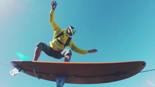 空でサーフィン