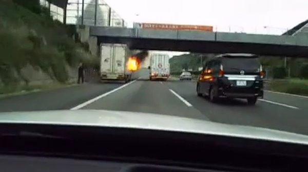 東名高速道路でトラックが炎上