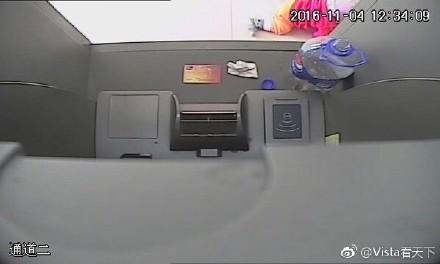 中国 ATMにコーラを注ぐ