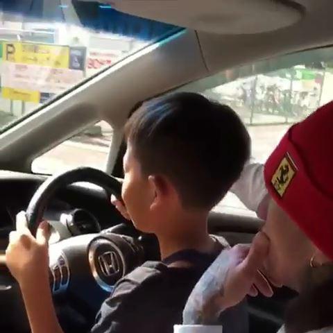 子供に運転させる動画
