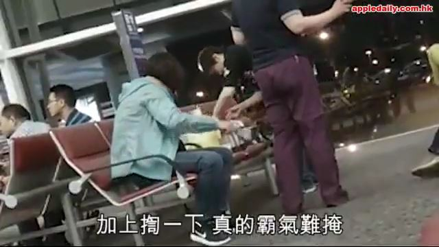 香港の空港ロビーで鍋と炊飯器