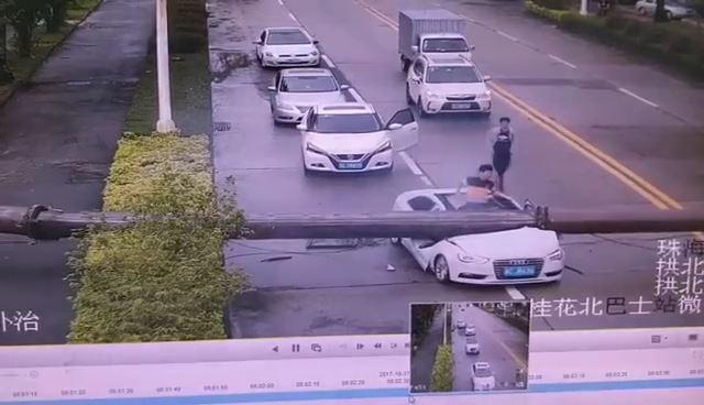 中国の道路で鉄柱が落下