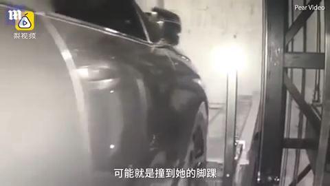 中国の女性 駐車場の中に