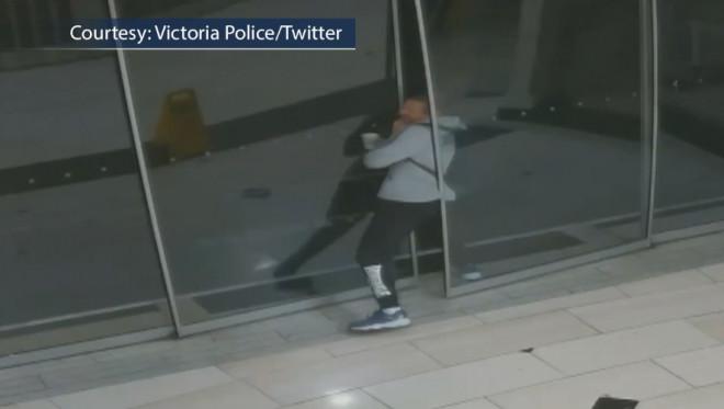 ガラスに挟まれる泥棒