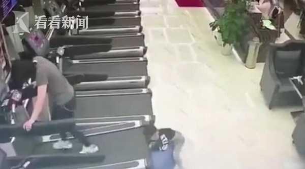 01 14 - 【中国】フィットネスジムで遊んでいた子ども ランニングマシンに腕が引き込まれる!【閲覧注意】