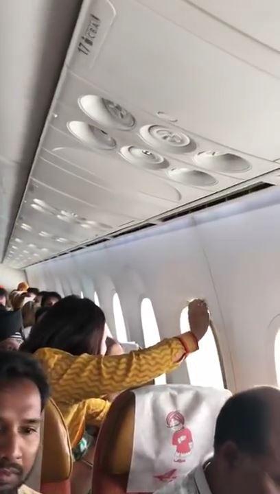 飛行機の窓が外れる