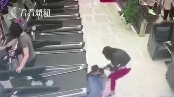 02 8 - 【中国】フィットネスジムで遊んでいた子ども ランニングマシンに腕が引き込まれる!【閲覧注意】
