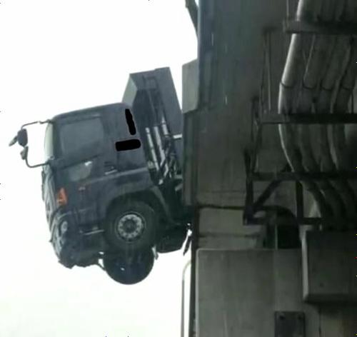 落下寸前のトラック