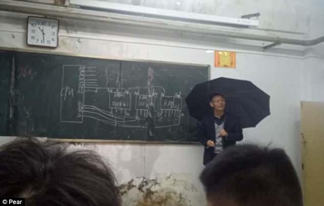 傘をさして講義