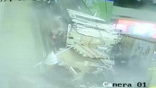 中国 建物の天井が崩壊