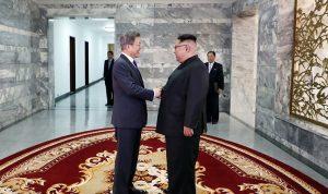 左:文在寅大統領、右:金正恩