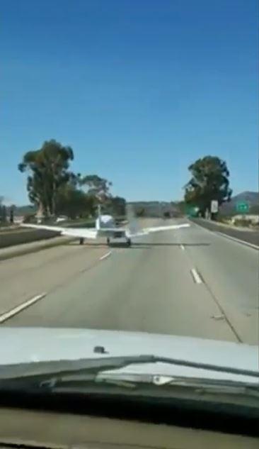 飛行機 高速道路に着陸