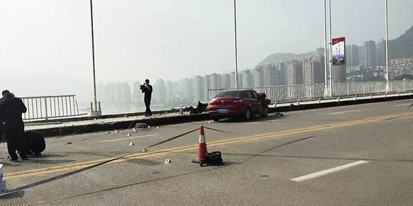 中国重慶市でバスが大橋から転落...