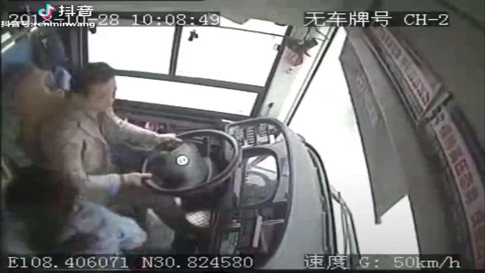 中国重慶市でバスが大橋から転落事故の驚くべき事故原因が判明 乗客のほとんどが行方不明