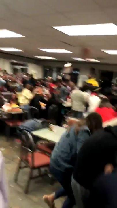 ハンバーガー屋で大乱闘