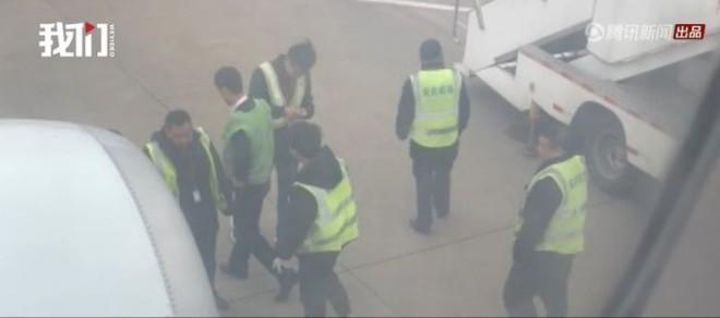 乗客が飛行機のエンジンに硬貨を投げ入れ
