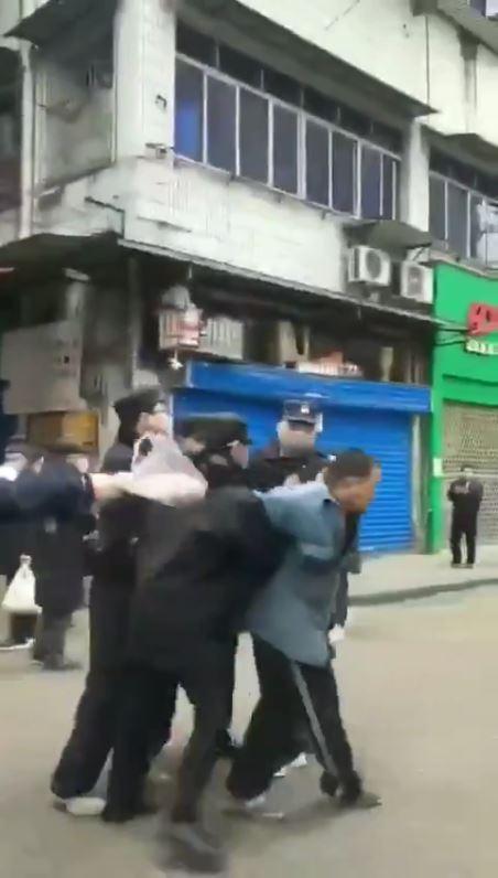 中国 マスクを着けて無い人を連行