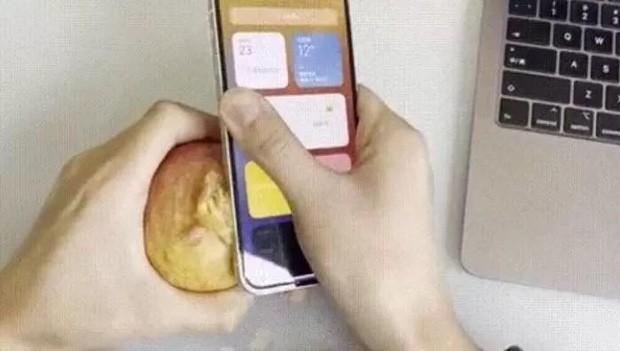 iPhone12でリンゴの皮を剥く