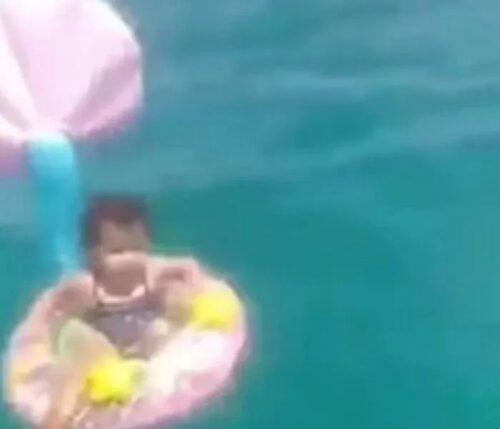 チュニジアのビーチで赤ちゃんが漂流