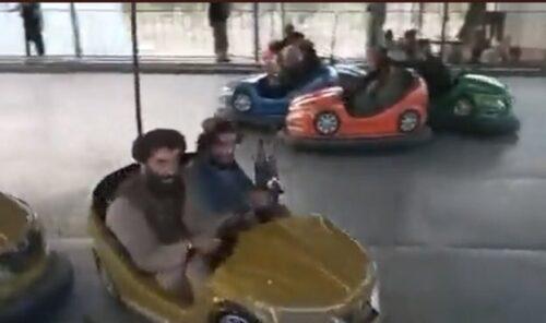 タリバン兵 遊園地で遊ぶ